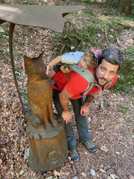 Papà e bambino vicino ad una scultura