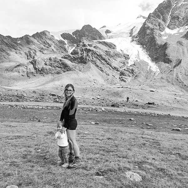 mamam e bimba in montagna foto in bianco e nero