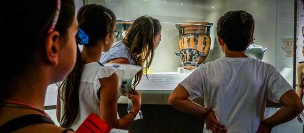bambini al museo archeologico di milano guardano un vaso antico