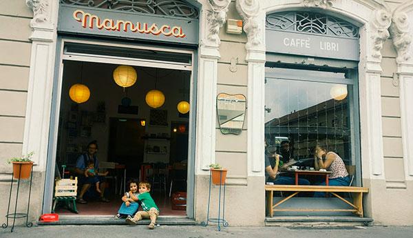 bambini si abbracciano all'entrata di Mamusca libreria milano