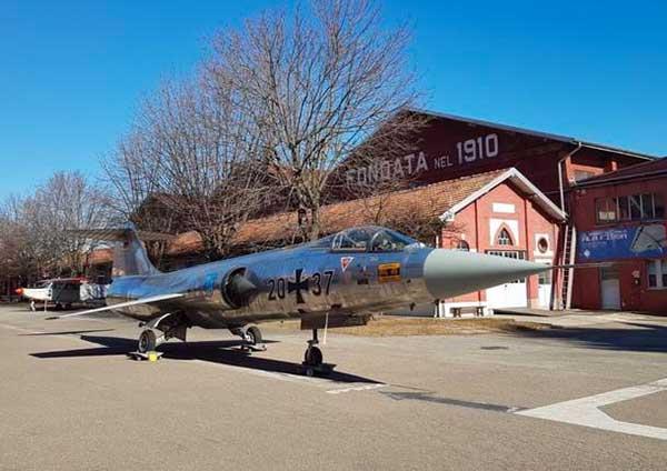 aereo in un museo