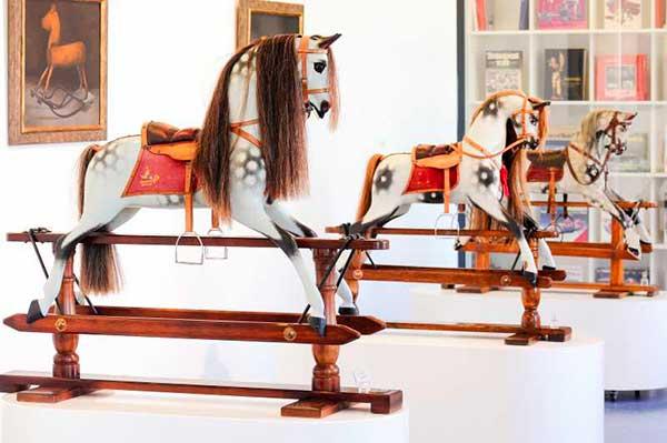 cavalli a dondolo bianchi