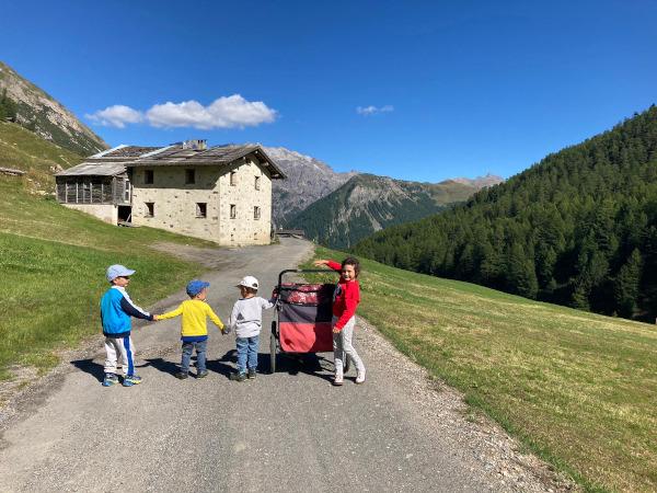 Bambini passeggiano a Livigno