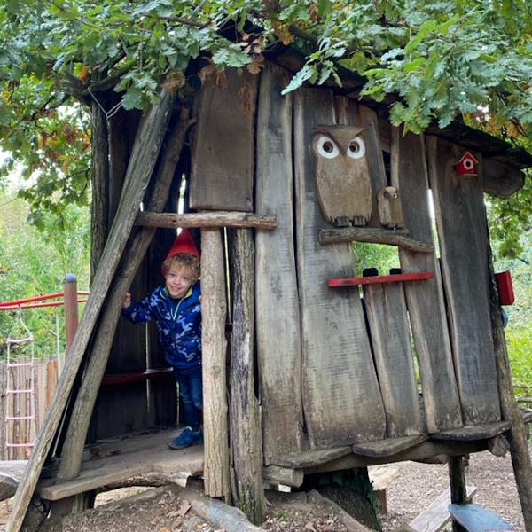 Bambino in una casa sull'albero