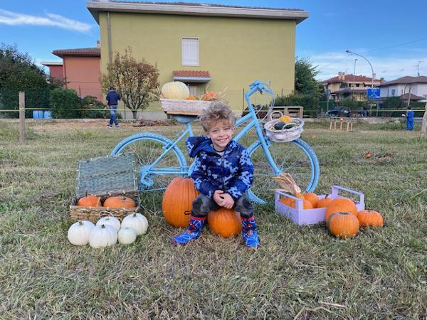 Bambini davanti ad una bicicletta