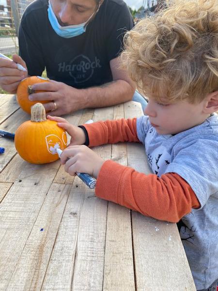 Bambino decora zucca