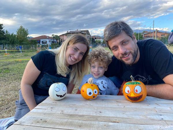Famiglia con zucche decorate
