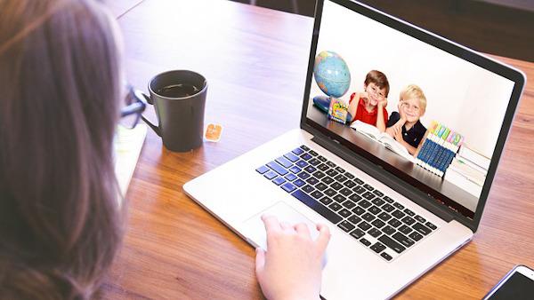 Bambini sullo schermo di un computer