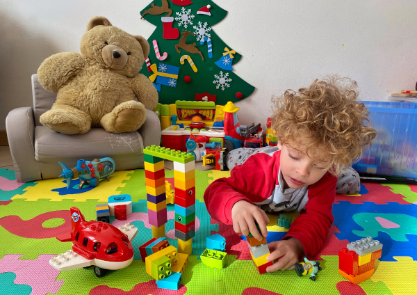 Bambino gioca con Lego Duplo