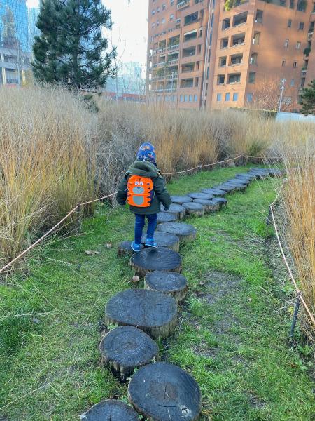 Bambino su un percorso in legno