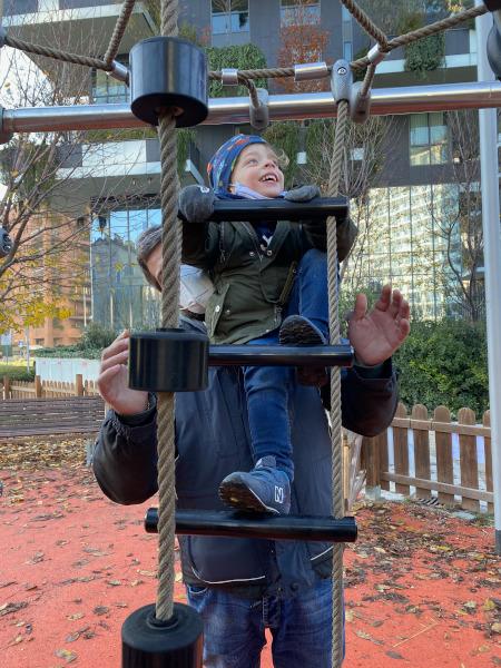 Bambino si arrampica su una scaletta