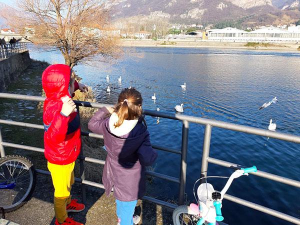 bambini sul lago di lecco