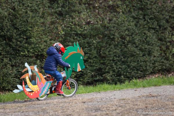 bambino su bicicletta decorata