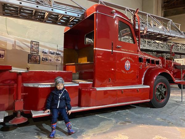 Bambino davanti ad un camion dei pompieri