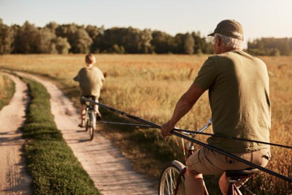 Nonno e nipote in bicicletta