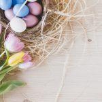 tradizioni pasquali, uova colorate e fiori