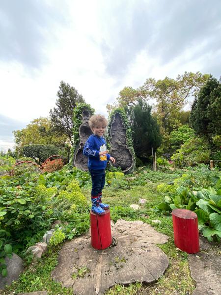 Bambino davanti a due geodi di ametiste dell'Uruguay