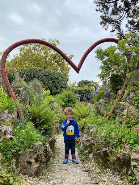 Bambino nel giardino botanico Andrè Heller