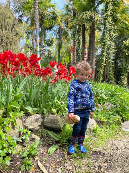 bambino davanti ai fiori
