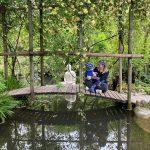 Mamma e bambino su ponte