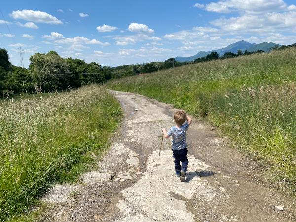 bambino lungo il sentiero