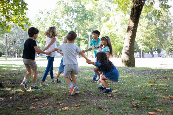 bambini giocano all'aperto